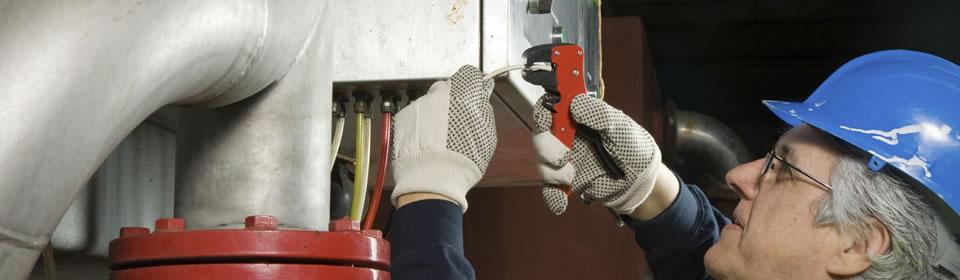monteur verhelpt ATAG ketel storing